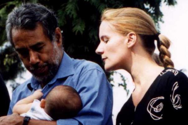 Mantan PM Timor Leste Xanana Gusmao menggendong putranta Alexandre Sword Gusmao bersama mantan istrinya saat itu Kirsty Sword. (foto:int)