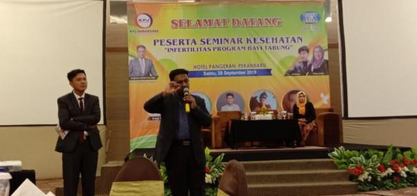 Narasumber Dr Mohan dari RS KPJ Damansara didampingi Darmawi menyampaikan paparannya dalam diskusi yang diikuti ratusan peserta. (Foto: ist)