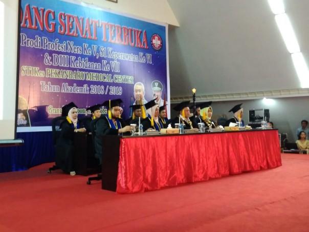 Ketua Senat Stikes PMC Prof dr H Kardimatus Suheimi, SP. OG (K) FER bersama seluruh anggota senat. (Foto: Suara Riau)