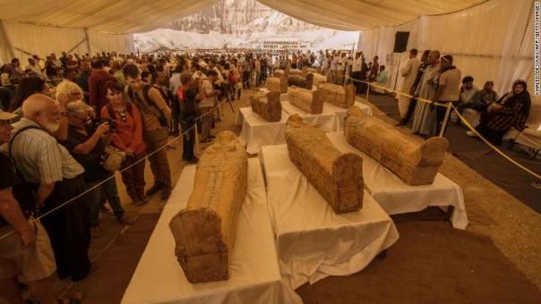 Wisatawan melihat peti mati yang baru ditemukan di Kuil Hatshepsut pada 19 Oktober 2019.(FOTO/cnn)