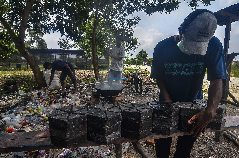 Pekerja menyusun paving block yang sudah jadi, Selasa 19 November 2019