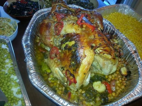 Menu Utama pada perayaan Thanksgiving adalah memasak daging Kalkun. Menu pada foto ini adalah masakan ala warga Amerika Latin yang tinggal di AS. Kalkun diisi dengan kacang Garbanzo, seledri dan daging babi , yang pada saat mencucinya dengan bir agar mendapatkan rasa ekstra.(SRc.dok)