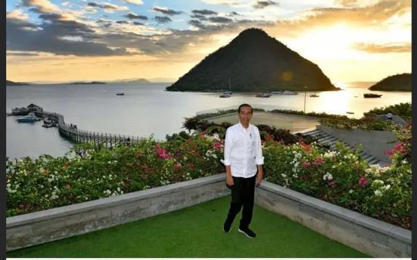 Presiden Joko Widodo berpose dengan latar belakang pemandangan matahari terbenam di Labuan Bajo, Flores, NTT, beberapa bulan lalu.
