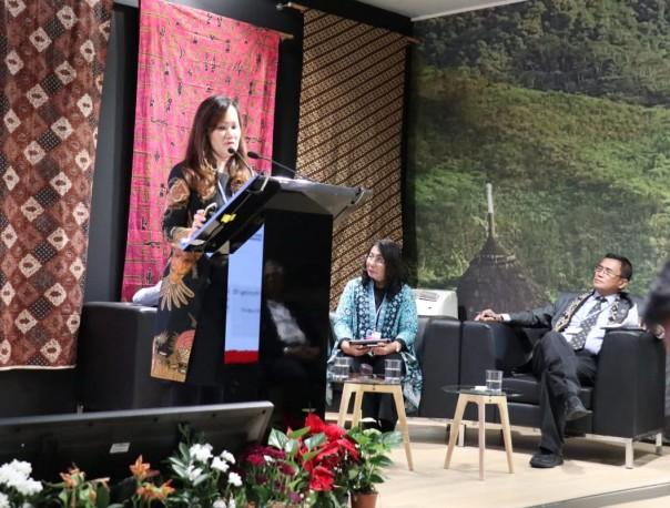 Chief Sustainability Officer APP Sinar Mas Elim Sritaba menjelaskan dukungan APP Sinar Mas terhadap program pengurangan emisi karbon milik pemerintah melalui Kebijakan Konservasi Hutan (FCP) APP Sinar Mas pada sesi diskusi panel Paviliun Indonesia di konferensi perubahan iklim COP25 UNFCCC di Madrid, Spanyol, Senin (9/12/2019). APP Sinar Mas telah mengidentifikasi dan melindungi lebih dari 600.000 hektar hutan alami, yang mana 105.638 hektare di antaranya berada di Kalimantan Timur.