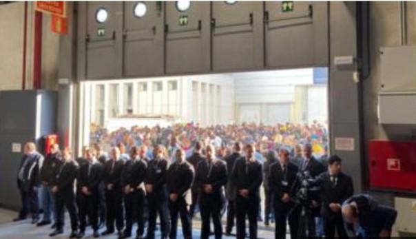Para pengunjuk rasa dipaksa keluar oleh staf keamanan PBB.(int)