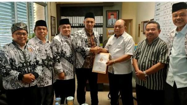 Bakal calon Ketua PGRI Riau, Dr Muhammad Syafi'i menyerahkan berkas pencalonan kepada pengurus PGRI Riau, beberapa waktu lalu/IST