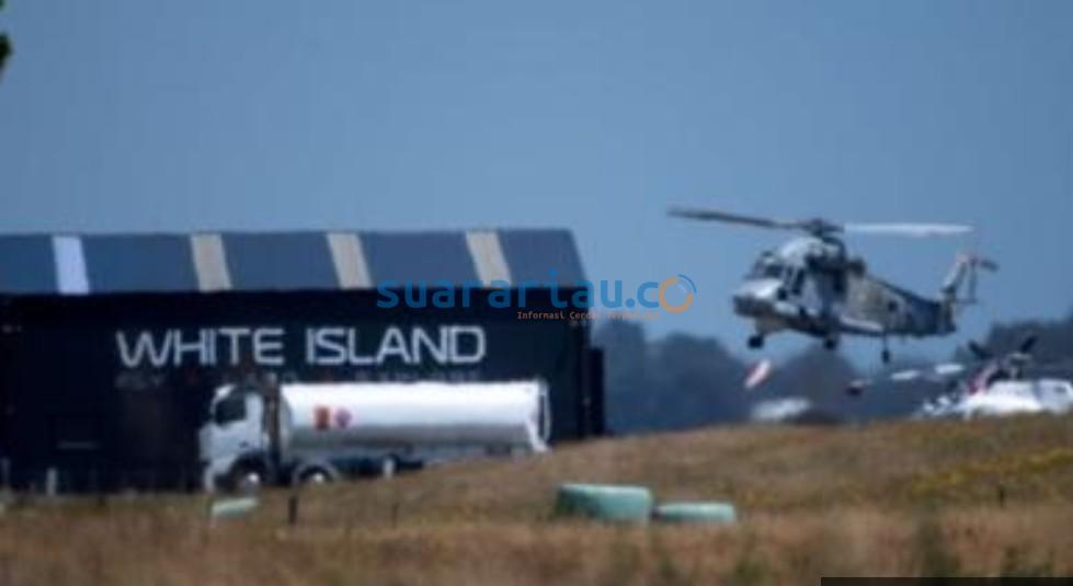 Foto jarak jauh dari helikopter yang kembali ke bandara Whakatane dari White Island.(FOTO/bbc)