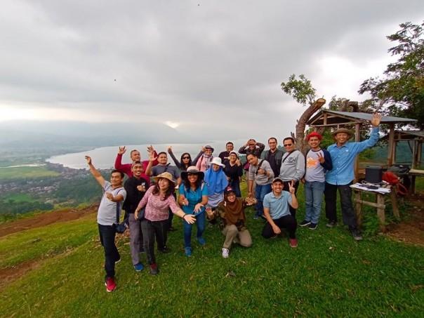 Foto bersama dari Puncak Gobah dengan pemandangan di belakang view Danau Singkarak. (SRc.dok)