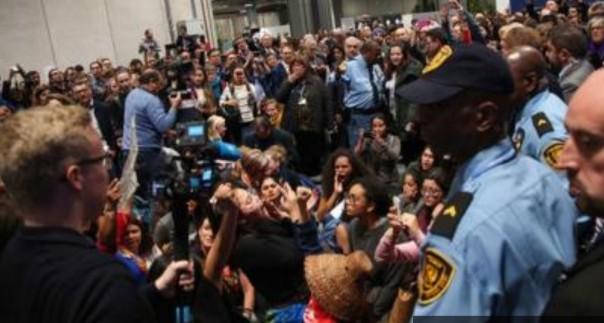 Protes yang dipimpin oleh delegasi muda telah melihat hingga 200 pemrotes dikeluarkan dari pembicaraan.( FOYO/bbc)