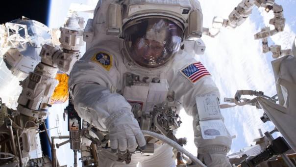Pakaian itu harus cukup tangguh untuk bertahan dalam misi yang panjang tetapi cukup fleksibel untuk memungkinkan para astronot bergerak dengan kebebasan sebanyak mungkin .(FOTO/BBC)