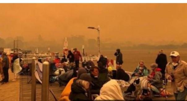 Turis dan penduduk telah terdampar di pantai Mallacoota sejak Senin.(FOTO/bbc)