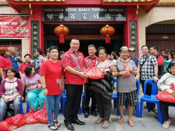 Penyerahan bantuan paket imlek secara simbolis oleh Ketua Dewan Pembina PSMTI Riau Peng Suyoto yang didamping oleh para pengurus PSMTI lainnya. (Dok)