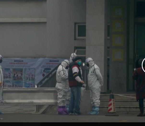 Staf dalam pakaian biohazard memegang tandu logam oleh departemen rawat inap di Pusat Perawatan Medis Wuhan, di mana beberapa orang yang terinfeksi virus corona sedang dirawat, di Wuhan, Cina, Selasa, 21 Januari 2020. Tindakan pencegahan yang meningkat dilakukan di Cina dan di tempat lain Selasa sebagai pemerintah