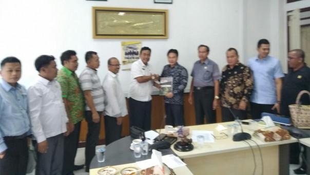 DPRD  Merangin menyerahkan  cenderamata usai melakukan kunjungn/IST