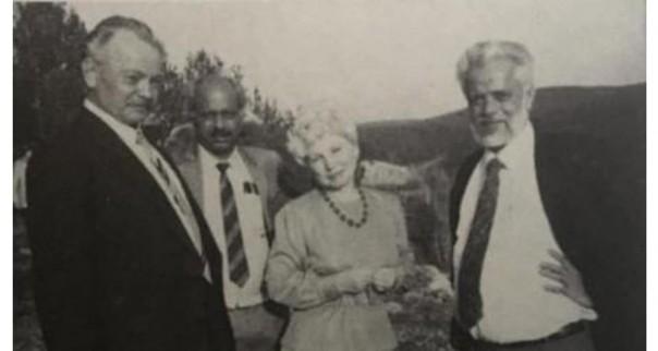 narayan  (Kanan) bersama ilmuan Rusia di awal 1990.