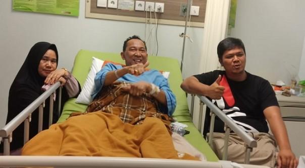 Ketua DPRD Kuansing Andi Putra, SH,MH saat menjenguk Mastur SE, saat dirawat di Rumah Sakit di Pekanbaru/ist