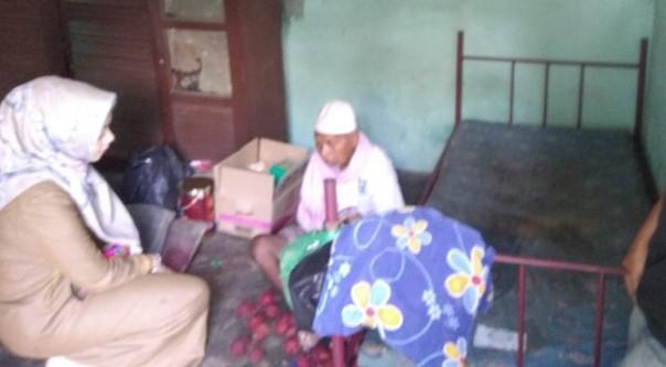 Hamzah (duduk) ketika dikunjungi para istri anggota DPRD Kuansing/ist