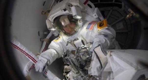 Astronot NASA Christina Koch bersiap untuk keluar dari Stasiun Luar Angkasa Internasional untuk perjalanan ruang angkasanya. Mual, muntah, dan kesulitan berdiri dapat menemani kembalinya astronot ke Bumi  (FOTO 18 Oktober 2019: NASA)