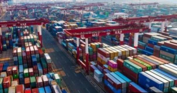 Ilustrasi barang-barang di peti kemas pelabuhan