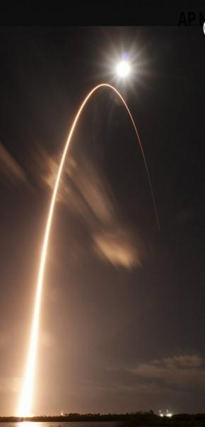 Dalam foto ini disediakan oleh NASA, roket Atlas V dari United Launch Alliance, lepas landas dari Launch Complex 41 di Stasiun Angkatan Udara Cape Canaveral di Cape Canaveral, Florida, Minggu, 9 Februari 2020. Badan Antariksa Eropa dan Orbiter Tenaga Surya NASA meroket ke luar angkasa Minggu malam dalam misi yang belum pernah terjadi sebelumnya untuk menangkap gambar pertama dari kutub yang sulit dipahami matahari. (FOTO/ NASA via AP)
