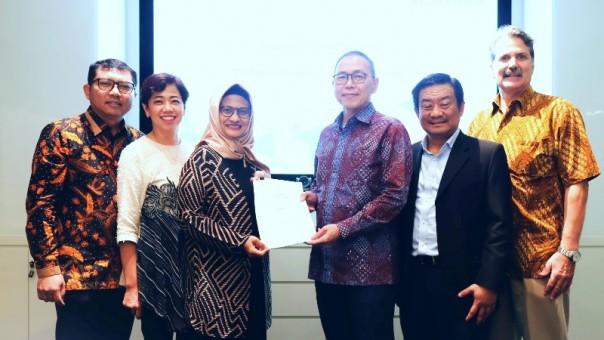 Presiden Direktur XL Axiata, Dian Siswarini (kiri  tengah ) bersama dengan Presiden Direktur Protelindo, Ferdinandus Aming Santoso ( kanan tengah ) dalam acara penandatanganan perjanjian jual beli untuk penjualan menara telekomunikasi di Jakarta, Jumat 7 Februari 2020. (Foto: Ist)