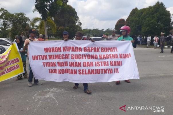 Warga menggelar aksi di DPRD Siak menuntut penghulu segera diberhentikan. Foto: int