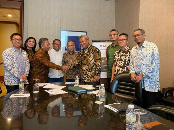 Senior Vice President Corporate Affairs PT CPI Wahyu Budiarto (keenam dari kiri) dan Manager Program PGI Wishnu Sukmantoro berjabat tangan usai penandatanganan Nota Kesepahaman di Jakarta pada hari Selasa (18/2). Penandatanganan tersebut disaksikan oleh Dirjen KSDAE Wiratno (kelima dari kiri) dan Kepala BBKSDA Riau Suharyono (keempat dari kiri).