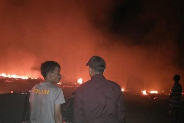 Api menyala dari puluhan kios yang terbakar di Pasar Simpang Rumbai, Indragiri Hilir. Foto: int