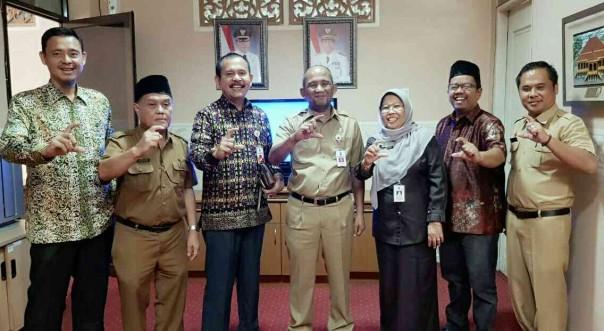 Ketua KI Riau bersama Sekdakab Pelalawan H Tengku Mukhlis serta komisioner KI dan sejumlah pejabat Pelalawan./ist