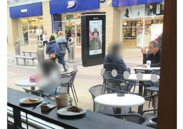 Gambar diam-diam diambil oleh penulis, menunjukkan Rob (duduk, paling kanan) bersatu kembali dengan Reza (kabur) di Skotlandia; Bru (juga buram, tengah) duduk di meja terpisah.(Foto/BBC)