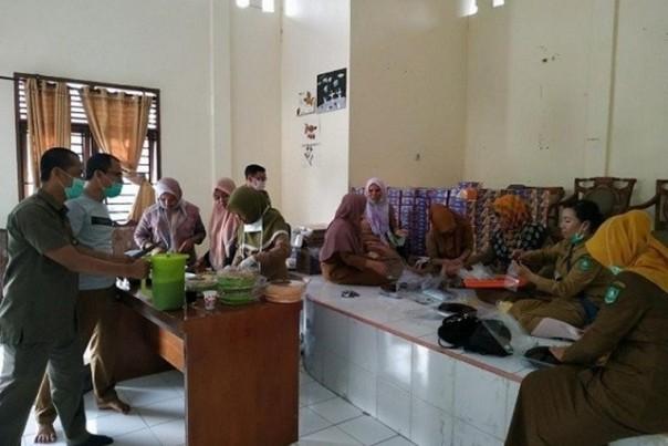 Dapur umum yang didirikan Dinsos Bengkalis untuk memenuhi kebutuhan 81 warga yang dikarantina. Foto: int