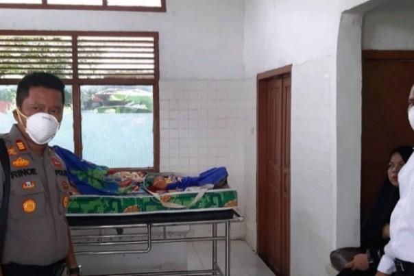 Kapolsek Tembilahan Hulu AKP Rhino Handoyo saat berada di ruang mayat RSUD Puri Husada Tembilahan. Foto: Polres Inhil