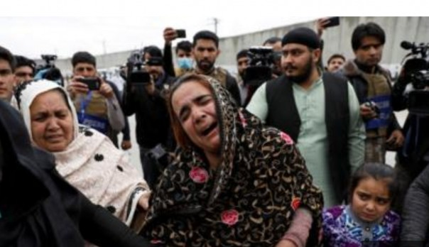 Sikh Afghanistan berduka bagi kerabat mereka di dekat lokasi serangan.(BBC)