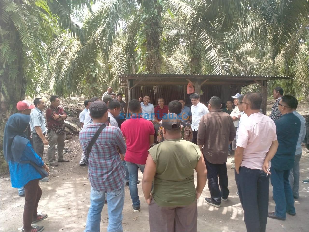 Stuban Koperasi BBDM ke KUD Danau Lancang Indah di Kabupaten Kampar dalam upaya mempelajari pola bagi hasil kebun plasma dengan PT SDA , belum lama ini.(***)