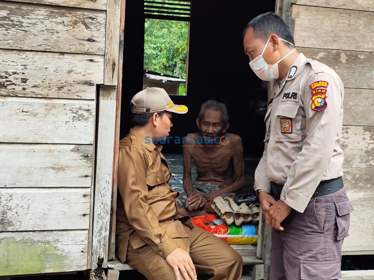 Kepala Desa Sepahat Mhd Azlan dan jajaran beserta Babimkamtibmas Desa Sepahat, saat menyalurkan bantuan sembako untuk anak yatim dan kaum dhuafa, Senin 6 April 2020.