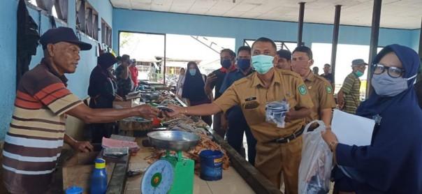 Puskesmas Sungai Pakning, Kecamatan Bukit Batu, Kabupaten Bengkalis bagi-bagi masker ke masyarakat/suarariau.co