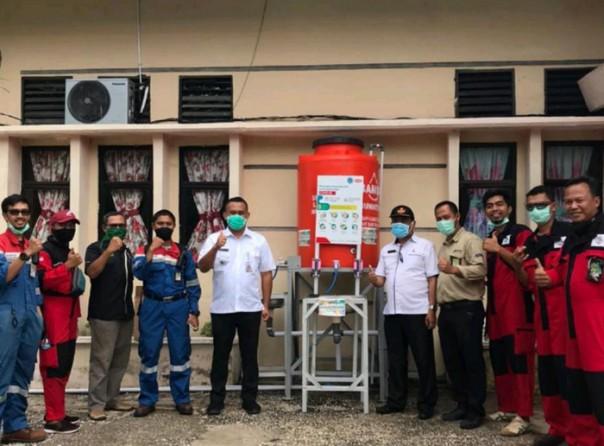 Penyerahan APD dan peralatan lainnya dari Pertamina RU II Sungai Pakning kepada UPT Puskesmas Tenggayun Kecamatan Bandar Laksamana/suarariau.co