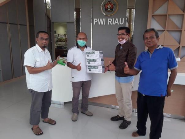 PGN Pekanbaru menyerahkan bantuan masker kepada pengurus PWI Riau (dok. Istimewa)