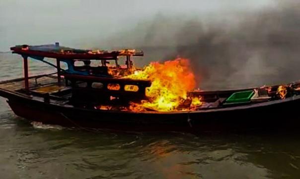Kapal nelayan yang menjaring ikan dengan menggunakan trawl atau pukat harimau asal Sumatera Utara dibakar nelayan Panipahan, Kabupaten Rokan Hilir, Provinsi Riau/ant