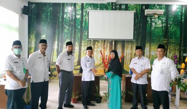 Penyerahan kenang-kenangan dari Kepala DLH Bengkalis H Arman, AA kepdamantan Kasubag Umum dan Kepegawaian Hj Mistiah/ist
