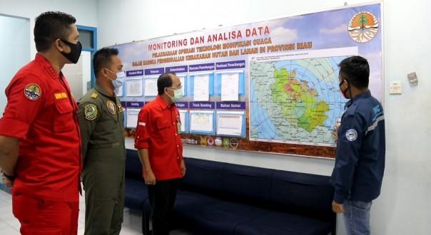 Direktur Pengendalian Karhutla KLHK bersama BPPT dan Pilot Casa TNI AU melakukan briefing pelaksanaan rekayasa hujan dengan TMC di Provinsi Riau.