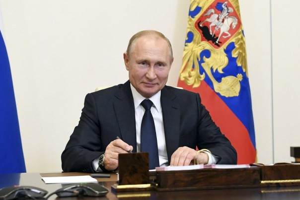 Presiden Rusia Vladimir Putin, menghadiri pertemuan melalui teleconference di kediaman Novo-Ogaryovo di luar Moskow, Rusia, Senin, 1 Juni 2020. Putin menetapkan pemungutan suara nasional tentang amandemen konstitusi yang memungkinkan dia untuk memperpanjang kekuasaannya untuk 1 Juli. ( Foto Kolam Kremlinmvia AP)lin via AP)