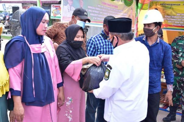 Penyerahan Bantuan bahan pangan secara simbolis dari Kepala Humas PT SPM Syafruddin yang diterima Plh Bupati Bengkalis Bustami, HY, Rabu (1/7/2020)./suarariau.co