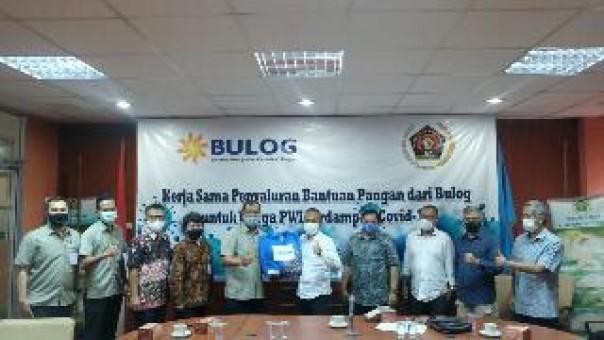 Ketum PWI Pusat, Atal S Depari menerima paket bantuan yang diserahkan Sekretaris Perusahaan Perum Bulog Awaludin Iqbal, disaksikan pengurus PWI Peduli, Selasa (7/6/2020). (istimewa)