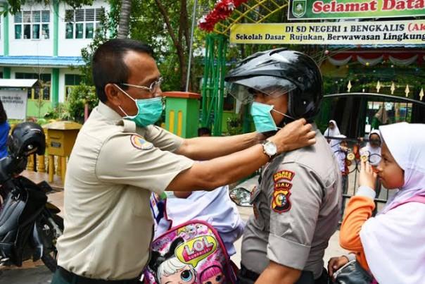Tajul Mudarris saat melaksanakan giat pembagian masker gratis di Bengkalis. (Foto: Ist)