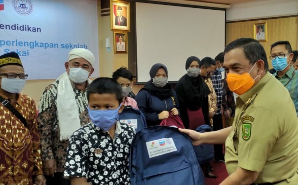 Wakil Gubernur Riau Edy Natar Nasution secara  simbolis membagikan paket kepada 200 pelajar suku Sakai, di Kantor Gubernur Riau.