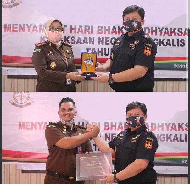 Kajari Bengkalis Nanik Kushartanti dan Kasi Pidsus Agung Irawan saat menerima penghargaan.