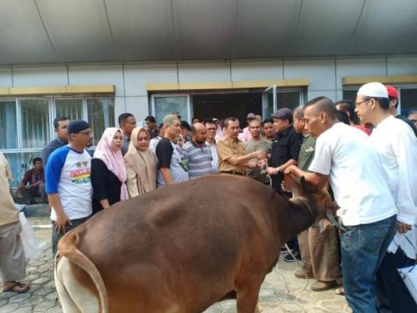 Gubernur Riau H Syamsuar saat menyerahkan hewan kurban kepada Ketua PWI Riau H Zulmansyah Sekedamg  di kantor PWI Riau , tahun 2019/int