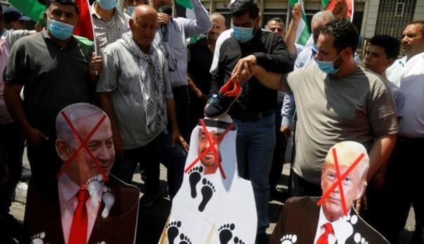 Warga Palestina mengambil bagian dalam protes terhadap kesepakatan Uni Emirat Arab dengan Israel untuk menormalisasi hubungan di Nablus di Tepi Barat yang diduduki Israel [Foto / Reuters]