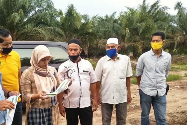 Ketua Koperasi BBDM H. Ismail didampingi sekretaris Husni Libra dan Jubir Sulaiman saat melakukan peninjauan lokasi di perkebunan plasma sawit bersama managemen PT SDA